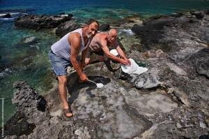 Γιώργος Δασκαλάκης και Πέτρος Καρτσωνάκης μαζεύουν με την κουτάλα το αλάτι στις αλυκές του Αϊ-Γιάννη