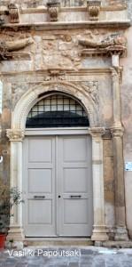 Στο κτήριο αυτό, το ανατολικότερο απ' τα δύο, σήμερα σώζεται μόνο το θύρωμά του