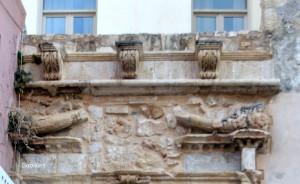 Τα λιοντάρια, σύμβολα της Βενετίας, πάνω από το θύρωμα του κτηρίου.