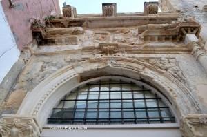 Τα τρία φουρούσια της πρόσοψης του κτηρίου.