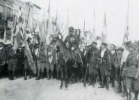 Ο στρατιωτικός διοικητής Ρεθύμνης με παλαίμαχους Κρητικούς την 8-11-1930