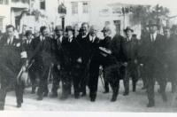 Ο Ελευθέριος Βενιζέλος προσέρχεται στην πλατεία για τα αποκαλυπτήρια