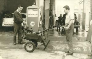 Ο Μιχ. Σαριδάκης με το πρώτο μοντέλο έξω από το μηχανουργείο στη Νικ.Πλαστήρα.