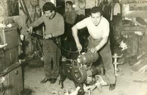 Ο Μιχ. Σαριδάκης και ο Αθαν. Βιδάκης,συναρμολογώντας το πρώτο μοντέλο (που μετονομάστηκε D4 αργότερα) με κινητήρα BSA και μετάδοση διπλού ιμάντα.