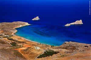 Ο φιδογυριστός δρόμος που οδηγεί στον Ξερόκαμπο δοκιμάζει την υπομονή, όμως σε ανταμείβει με την εκπληκτική παραλία