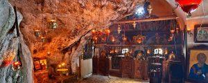 Στο σπηλαιοεκκλησάκι του Ησυχαστηρίου του Αγίου Ανδρέα, κοντά στον Φινοκαλιά του Επάνω Μεραμπέλου, η ατμόσφαιρα είναι κατανυκτική