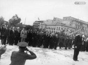 Τελετή κατάθεσης στεφάνου στο Μνημείο του Αγνώστου Στρατιώτη, 18 Οκτωβρίου 1944. Αρχείο ΕΡΤ/Συλλογή Π.Πουλίδη