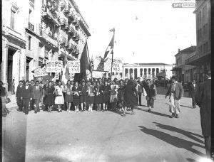 Μέλη του ΚΚΕ στην οδό Κοραή κατά τη διάρκεια των διαδηλώσεων για την Απελευθέρωση, Οκτώβριος 1944. Αρχείο ΕΡΤ/Συλλογή Π.Πουλίδη