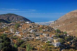Το χωριό Θρυπτή (Αόρι). Από το φυλάκιο στο διπλανό λόφο βλέπεις πανοραμικά το στενότερο σημείο της Κρήτης