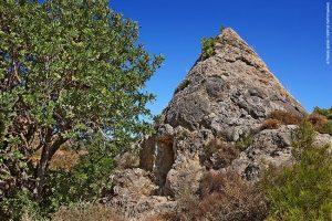 Μπορεί να αποκαλείται «πυραμίδα του Σέλινου», αλλά στην πραγματικότητα πρόκειται για λαξευτό τάφο ελληνιστικής εποχής