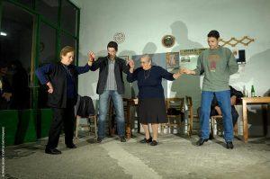«Μεταλαμπάδευση» των βημάτων του «ξεχασμένου» χορού Εμπυρρίκιου (ίσως του αρχαίου Πυρρίχιου) από γενιά σε γενιά, σε καφενείο στα Πλατάνια