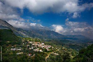 Η ανατολική πλευρά της κοιλάδας Αμαρίου, με το χωριό Καλόγερος (ή «Καλογέρου») σε πρώτο πλάνο