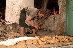 Διπλοφούρνισμα παξιμαδιού στο χωριό Βισταγή