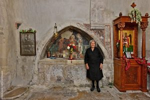 Η γλυκύτατη κ. Λαμπρινή Τεκονάκη, μπροστά από το αρκοσόλιο του ναού του Αρχαγγέλου Μιχαήλ, στις Μαργαρίτες