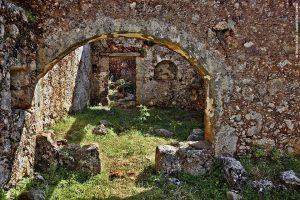 Αράδαινα, Σφακιά - Αλλοτινές μνήμες: Οποια πέτρα κι αν σηκώσεις στα χωριά των Σφακίων έχει να σου πει ιστορίες αγώνων και μαχών. Ετσι και με την Αράδαινα, κι ας ήταν οι κάτοικοί της πάντα λιγοστοί: τόσες και τόσες μάχες έγιναν στο φαράγγι της, δυο βήματα από το χωριό. Σήμερα το χωριό είναι έρημο, αποτέλεσμα μιας αιματηρής βεντέτας που ξεκίνησε το 1948, αν και κάποιοι κατά καιρούς επιστρέφουν και κάπως συντηρούν τα σπίτια τους. Επιβάλλεται μια βόλτα ανάμεσα στα έρημα σπίτια, και μια επίσκεψη στον ναό του Αστράτηγου.