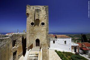 Μαρουλάς, Ρέθυμνο - Μεσαιωνική κληρονομιά: Πανύψηλοι πύργοι, σπίτια χτισμένα μεταξύ τους σαν οχυρά-φρούρια, κλειστές αυλές, αψίδες και καμάρες. Αν δεν ήταν μόνο 10 χλμ. από το Ρέθυμνο, δεν θα πίστευες πως είναι στην Κρήτη, ούτε καν στην Ελλάδα. Ο Μαρουλάς είναι ένα υπέροχο χωριό μεσαιωνικών καταβολών, που χάρη σε μια ευτυχή συγκυρία κατάφερε να διασωθεί: το 1980 ολόκληρος ο οικισμός κηρύχθηκε ιστορικό διατηρητέο μνημείο μεγάλης αρχαιολογικής αξίας. Θα δεις τον ενετικό πύργο ύψους 44 μέτρων, θα περιηγηθείς στα καλντερίμια του περνώντας κάτω από καμάρες, θα κατέβεις μέχρι την περίτεχνη οθωμανική κρήνη, θα δεις και πανοραμικά όλο το χωριό από τον λόφο του Προφήτη Ηλία.