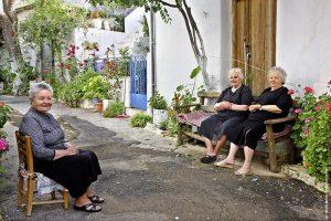 Αβδού, Χερσόνησος - Στάση στον χρόνο: Το Αβδού ξεπροβάλλει στον καταπράσινο κάμπο της Λαγκάδας και αποτελεί σταθμό στο πέρασμα από το Οροπέδιο Λασιθίου προς το Ηράκλειο. Το λένε και Καπετανοχώρι, συνορεύει με τα φαράγγια της Ρόζας, της Αμπέλου και το σπήλαιο της Αγ. Φωτεινής και έχει για θέα του τη λίμνη του Αποσαλέμη. Στα «συν» οι πινακίδες που δηλώνουν τη χρήση των παλιών καταστημάτων, στα «συν» κι οι γυναικοπαρέες (όπως η Σταυρούλα, η Ειρήνη και η Αννα), που σε κάνουν να νιώθεις σαν στο σπίτι σου!