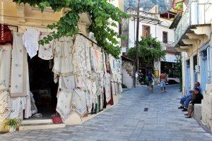 Κριτσά, Αγιος Νικόλαος - Ο ορισμός της γραφικότητας: Η Κριτσά παραμένει ένα από τα πιο διάσημα ημιορεινά χωριά της Κρήτης. Απαντες λάτρεις του Αγίου την επισκέπτονται, εν μέρει για την ξεκάθαρη γοητεία της, αλλά και γιατί αποτελεί επιβεβλημένη στάση μετά την επίσκεψη στον αρχαιολογικό χώρο της Λατούς, στην αξιοθαύμαστη Παναγιά Κερά του 12ου αι., και διότι αποτελεί ιδανικό «πρόλογο» για το Οροπέδιο Καθαρού. Συνορεύον χωριό ο Κρούστας, που συγκεντρώνει το δικό του φανατικό κοινό.