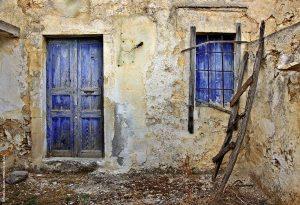 Πέζουλας, Περιβολάκια - Στο χρώμα της γης: Στη Σητεία βρίσκεις όσους ξεχασμένους από τον χρόνο οικισμούς τραβάει η ψυχή σου! Καρύδι, Σίτανος, Χαμαίτουλο και εδώ ο Πέζουλας, μία από τις συνοικίες στα γραφικά Περιβολάκια, μοιάζουν να ξεπηδούν από τις σελίδες παλιών καρτ ποστάλ. Με ελάχιστους έως καθόλου κατοίκους, καμουφλαρισμένα από τα μάτια φίλων και εχθρών· στο χρώμα της άνυδρης γης. Τα Περιβολάκια φημίζονται και για το 4.5 χλμ. ομώνυμο φαράγγι που καταλήγει στη μονή Καψά.